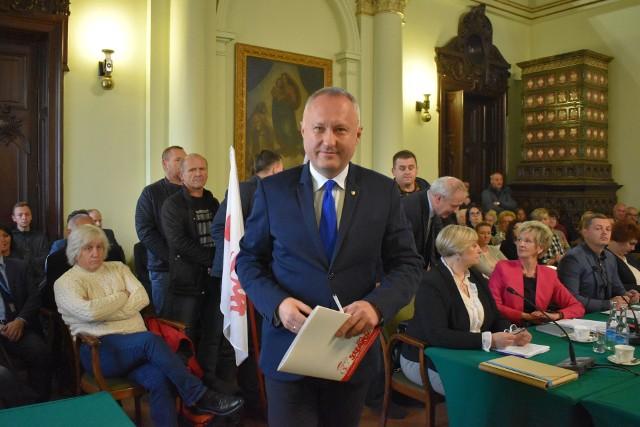 Na apel prezydenta Ludomira Handzla (na zdj.) na sesję przyszli zwolennicy Koalicji Nowosądeckiej, aktywiści KOD oraz pracownicy MPK nowy Sącz, którzy czekają na podwyżki