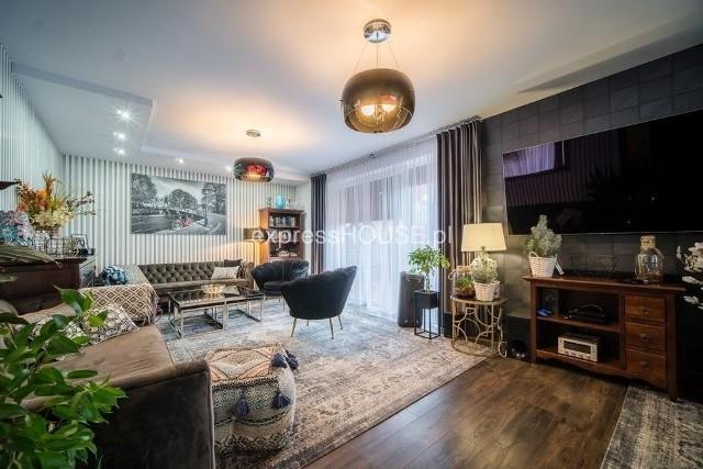W Białymstoku nie ma może tylu luksusowych willi co w Warszawie, ale i tutaj jest na czym zawiesić oko, jeśli chodzi o domy. Przedstawiamy najdroższe domy do kupienia w Białymstoku. Ogłoszenia pochodzą z serwisu Gratka.pl, a z każdej oferty prezentujemy po dwa zdjęcia.