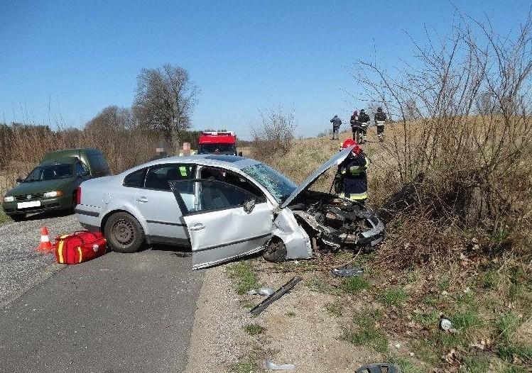 Do wypadku drogowego doszło na odcinku drogi powiatowej między Ciemnem a Tuchomiem. Kierująca volkswagenem straciła panowanie nad pojazdem, najprawdopodobniej z powodu silnego bocznego podmuchu wiatru i uderzyła w zarastający pień drzewa. Dwie osoby zostały poszkodowane. Na miejscu, poza pogotowiem i policją, byli strażacy z Tuchomia, którzy udzielili pierwszej pomocy oraz zabezpieczali miejsce zdarzenia.