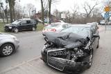Wypadek na Karłowicach. Zderzyły się autobus i dwa auta osobowe (ZDJĘCIA)