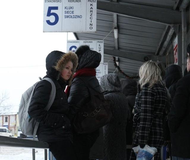 Pasażerowie oczekujący na słupskim dworcu PKS.