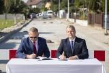 Wojewoda i wójt podpisali tysięczną umowę. W gminie Złotniki Kujawskie powstanie nowa droga. Zdjęcia