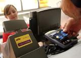 To już pewne. Zbliżeniowo  bez PIN zapłacimy nie 50, a 100 złotych. A jak to jest w innych krajach?