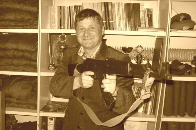 Tadeusz Pękała uczył w szkole między innymi umiejętności posługiwania się bronią palną.