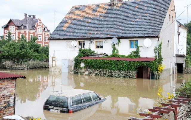 Mija właśnie 6 lat od ostatniej wielkiej powodzi, jaka nawiedziła nasz region. Dziś przypominamy zdjęcia z tamtego okresu, które pokazują ogrom zniszczeń.W gminie Przewóz woda uczyniła duże spustoszenie. Siedmiometrowa fala na Nysie Łużyckiej zatopiła domy, zniszczyła elektrownię. W Gubinie zalało kilka ulic. W Żaganiu doszło do podtopienia bulwaru. Wezbrane wody Nysy Łużyckiej, wcześniej zniszczyły między innymi Bogatynię.