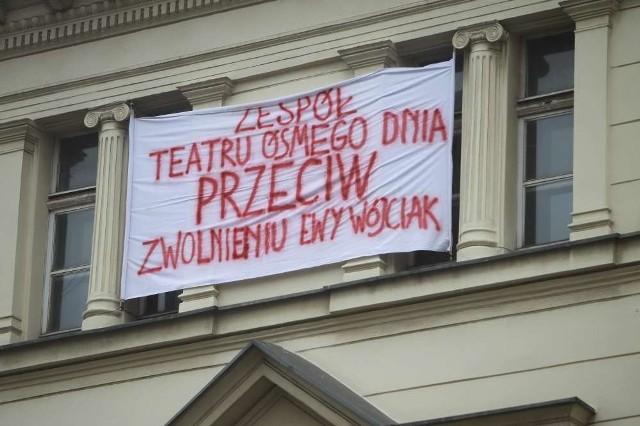 """""""Zespół Teatru Ósmego Dnia przeciw zwolnieniu Ewy Wójciak"""" - transparent o takiej treści zawisł w środę po południu na budynku, w którym mieści się siedziba teatru"""