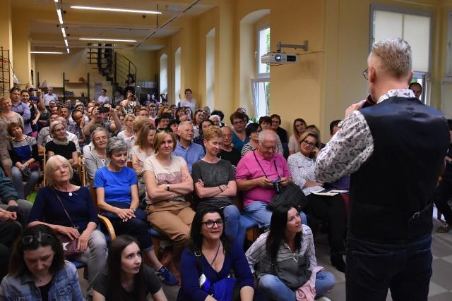 Do Wojewódzkiej Biblioteki Publicznej w Opolu przybyły tłumy. Przyciągnął ich pisarz i dziennikarz Mariusz Szczygieł.