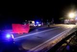 Tragiczny wypadek na lokalnej drodze. Nie żyje dwóch pieszych