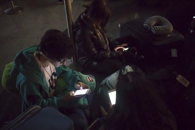 Pasażerowie na ciemnym lotnisku w Atlancie
