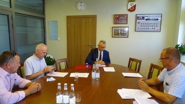 Umowa podpisana została w Urzędzie Miejskim w Zwoleniu. Pierwszy etap budowy świetlicy będzie kosztował prawie 234 tysiące złotych.