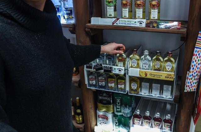 """Miasto chce sprawdzić, które sklepy i bary sprzedają alkohol nieletnim. W tym celu użyje """"tajemniczego klienta"""", a konsekwencją dla sprzedawcy lub właściciela punktu """"przyłapanego"""" na sprzedaży będą szkolenia i instruktaże. Wg policji natomiast interwencji związanych z kupne alkoholu przez nieletnich nie przybywa."""