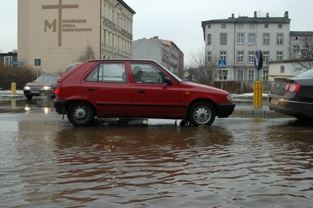 Pekl wodociąg przy ul. Garncarskiej w Slupsku. To juz czwarty tego typu przypadek w ciągu zaledwie kilku dni.