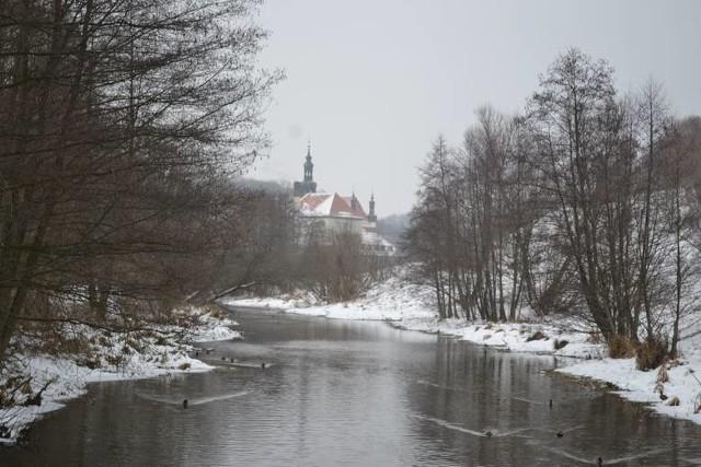 Zimowe zdjęcie bazyliki w Koronowie. Widok od strony Brdy. Na zimowe propozycje zdjęcia stycznia w Starostwie Powiatowym w Bydgoszczy czekają do 5 lutego.