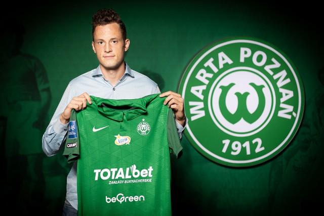 """- To dla mnie wyjątkowy klub, bo to tutaj zaczynałem moją piłkarską przygodę w wieku 5 lat i przez 6 kolejnych lat reprezentowałem barwy """"Zielonych"""". Teraz wracam i jestem z tego powodu bardzo szczęśliwy, bo Warta zawsze była bliska mojemu sercu: śledziłem wyniki, kibicowałem tej drużynie - mówi nowy napastnik Warty Poznań."""