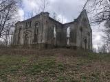 Park ze stawami, ruinami, pałacem, kopcem widokowym. Bajeczne miejsce niedaleko Zielonej Góry
