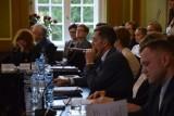 Samozwańcza prezydent Polski Teresa Jadwiga Garland interweniuje w Bytowie. Apeluje o wycofanie się z realizacji masowych szczepień