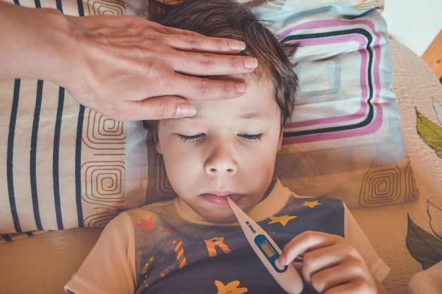 Zdaniem lekarzy najbliższe tygodnie mogą przynieść falę PIMS u dzieci po marcowym szczycie zakażeń w Polsce.