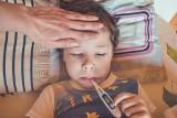 Gorączka z wysypką u dziecka? To może być PIMS. Nie zwlekaj z wizytą u lekarza!