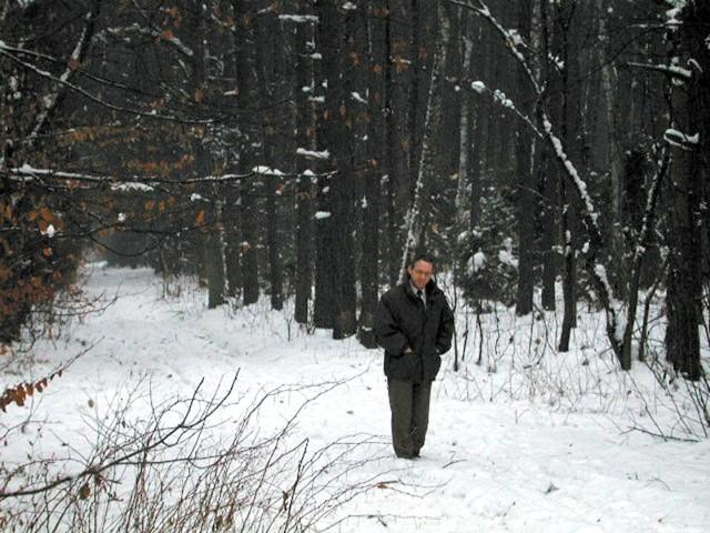 - Do lasu nie da się nawet wejść, a co dopiero wjechać ciężkim sprzętem - pokazuje Zbigniew Gil.