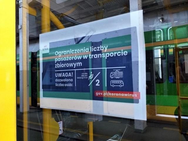 Takie plakaty zawisły od środy, 25 marca w pojazdach MPK Poznań. Przewoźnik prosi pasażerów, by w miarę możliwości sami pilnowali, ile osób aktualnie znajduje się w tramwaju czy autobusie.
