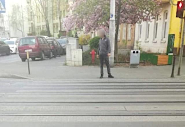 """Zdjęcie """"bekacza"""" zrobione kilka miesięcy temu. Czy sprawca ostatnich icydentów jest tym samym mężczyzną? czy jego naśladowcą?"""