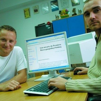 22-letni inicjator akcji Via Baltica przez Łomżę Dariusz Sipowski (po lewej) poprosił swego rówieśnika i przyjaciela Piotra Krzyżanowskiego o stworzenie strony internetowej z listem do premiera RP