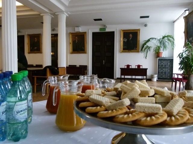 Łódzki magistrat ogłosił przetarg na dostawę artykułów spożywczych na potrzeby urzędu. Lista zawiera 68 pozycji. Czytaj na następnym slajdzie