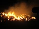 Spłonęły bele słomy. Trwa dogaszanie pożaru w Duninówku
