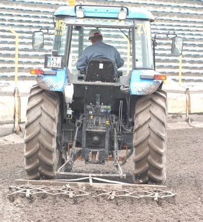 """Jeden traktor markujący pracę na torze - ten widok już znamy. W podobny sposób Unia Tarnów """"zapobiegła"""" w kwietniu meczowi z ZKŻ-em Kronopolem."""