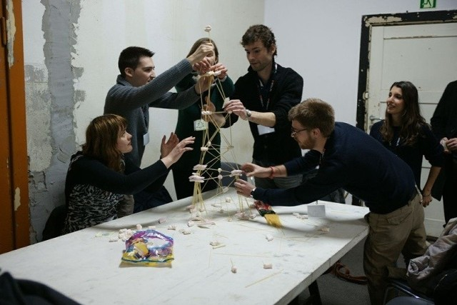 Tematem ubiegłorocznej edycji ConsArchu była rewitalizacja obiektów byłej Stoczni Gdańskiej. Na zdjęciu uczestnicy podczas projektowania z użyciem... makaronu i cukrowej pianki!