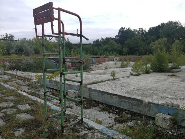 """Odkryty basen termalno-solankowy znajduje się w zachodniej części Ciechocinka, przy ul. Aleja Pojednania i powstał w latach 1930 – 1932. Zaprojektowali go architekt Romuald Gutt i inżynier Aleksander Szniolis. Pływalnia miała około 100 m długości i blisko 40 m szerokości. Głębokość w najgłębszym miejscu wynosiła 3,5 m natomiast w najpłytszym 15 cm. Otwarcie basenu 4 czerwca 1932 roku było najważniejszym wydarzeniem w dziejach kurortu, ponieważ przyjechał na nie sam Ignacy Mościcki, prezydent II RP sprawujący urząd w latach 1926–1939. W tamtym czasie basen był największą tego typu budowlą w Europie. Zasolenie wody w kąpielisku było zbliżone do poziomu zasolenia Morza Śródziemnego. Był to ogromny atut lokalnej pływalni.Ciechociński basen solankowy stanowił jedną z większych atrakcji kurortu do 2001 roku. Osiemnaście lat temu, 15 września w związku ze złym stanem technicznym oraz zbyt dużymi kosztami remontu, który miałby usprawnić basen – obiekt zamknięto. Miejsce, w którym kiedyś funkcjonował basen solankowy, od kilkunastu lat popada w coraz to większą ruinę. Tynk odpada, pozostałości ścian budynku zostały """"naznaczone"""" działalnością wandali, a popękany beton w niecce basenowej umożliwił rozrost trawy i krzewów.Właściciel nieczynnego kąpieliska zmieniał się kilkakrotnie, a wraz z nim pojawiały się nowe koncepcje rewitalizacji nieczynnego basenu. Ostatecznie nie znalazł się żaden śmiałek, który odmieniłby losy porzuconej pływalni. Do realizacji """"wspaniale brzmiących"""" projektów nigdy nie doszło."""