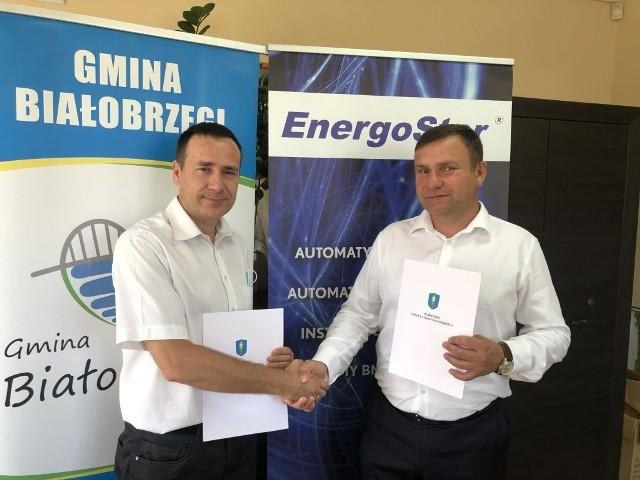 Umowę sprzedaży działek w strefie ekonomicznej w Białobrzegach podpisali Adam Bolek, burmistrz Białobrzegów i Mariusz Mejka, prezes spółki EnergoSter.