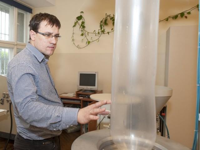 Dr Rytlewski podczas pracy w laboratorium UKW.