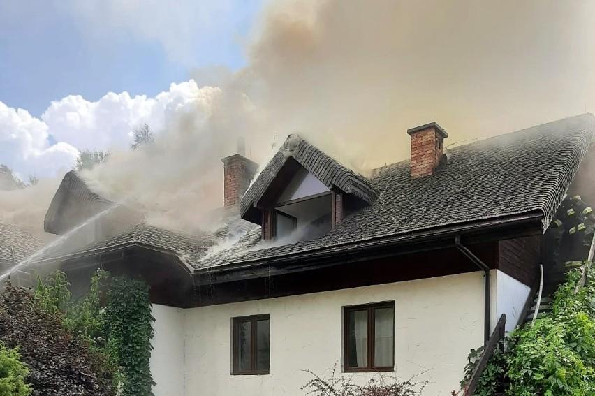 Pożar pensjonatu w Strzebowiskach. Z ogniem walczy ponad 50 strażaków [ZDJĘCIA]