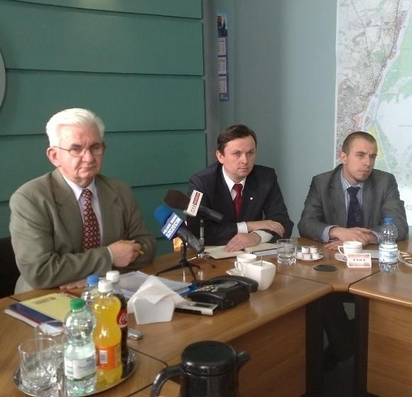 - Już w czerwcu mieliśmy pierwsze  sygnały dotyczące finansów TPŚ – mówi Władysław Lisewski z Rady Nadzorczej spółki, jednocześnie wiceprezes Zarządu Morskich Portów Szczecin i Świnoujście (pierwszy z lewej).