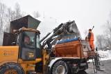 Pługopiaskarką RSK odśnieżamy drogę regionalną w Rybniku. To wojna z zimą. Nasz reporter ruszył do walki z żywiołem