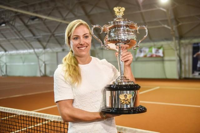 Angelique Kerber prezentuje puchar za zwycięstwo w ubiegłorocznym turnieju Australian Open