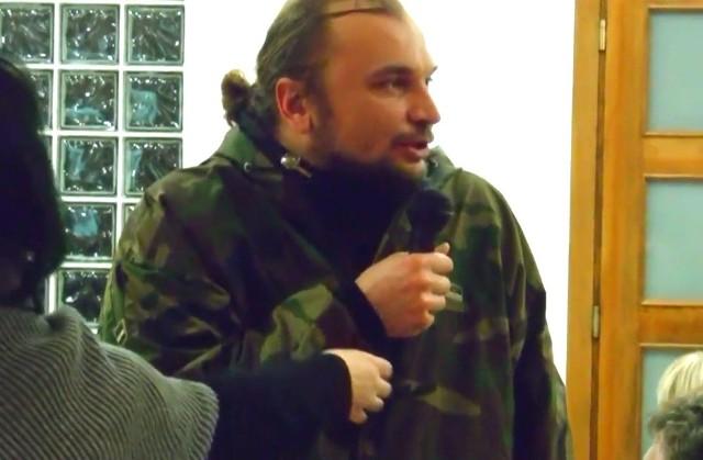 Adam Fularz na spotkaniu mieszkańców z radnymi, na którym oskarżył ich o branie łapówek.