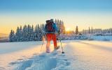 Idziesz w góry zimą? Bez tego nie wychodź z domu. Jak spakować plecak na górską wycieczkę? Obowiązkowe wyposażenie turysty w górach