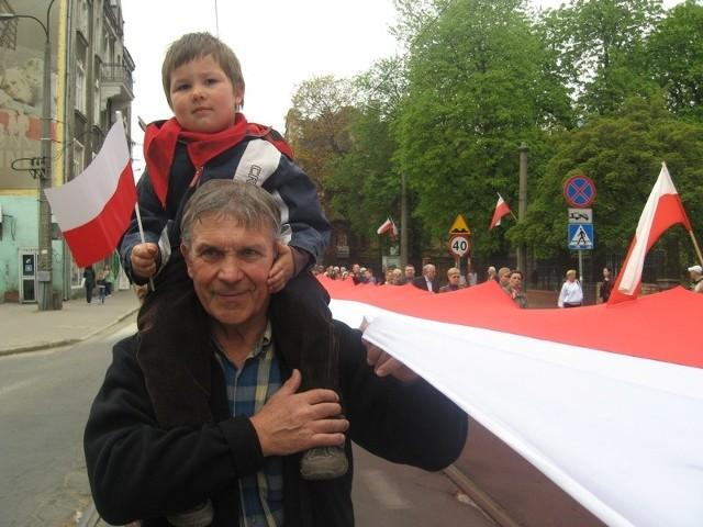 Gorzowska biało-czerwona flaga ma sto metrów długości i trzy szerokości.