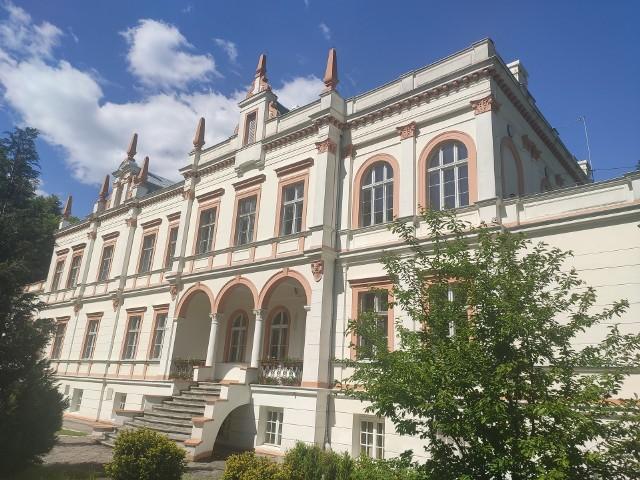Piękne pałace w gminie Zabór zachwycają o każdej porze roku. To idealne miejsca na wycieczkę rowerową.