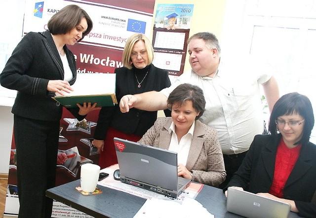 Urszula Lewandowska, Maryla Zaworska, Małgorzata Drzewudzka, Jan Basierski i Katarzyna Chymkowska podczas prac przy jednym z projektów