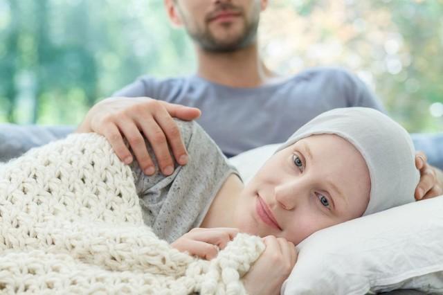 """Niemal dla wszystkich pacjentów diagnoza: """"nowotwór"""" brzmi jak wyrok śmierci, poprzedzony długotrwałym i niezwykle bolesnym leczeniem. Tymczasem nie musi tak być. Większość chorób nowotworowych zdiagnozowanych we wczesnym stadium rozwoju stosunkowo dobrze rokuje. Ponadto występują też takie raki, które prawie nigdy nie dają przerzutów i są całkowicie wyleczalne, a szanse na 5-letnie przeżycie wynoszą niemal 100 proc."""