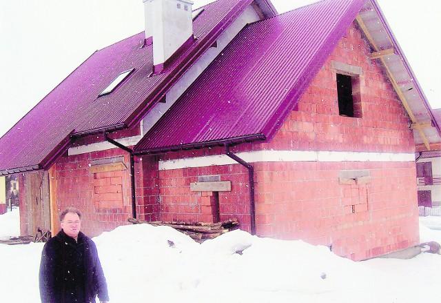Stanisław Bańbor przy domu dla rodziny Kosteckich