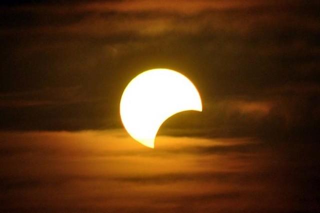 Zaćmienie słońca 2015 już w piątek. Tu dowiesz się, jak oglądać je bezpiecznie.