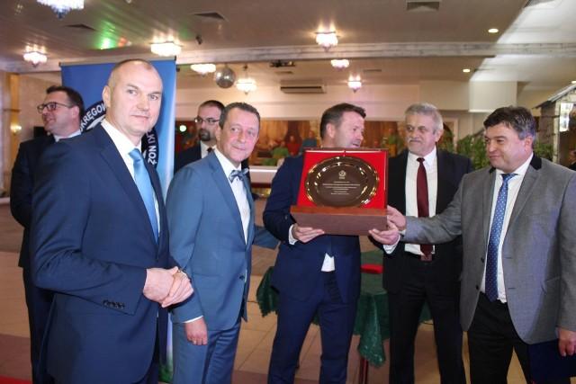 Członkowie zarządu ROZPN otrzymali pamiątkową paterę z PZPN, którą wręczyli Roman Kosecki (z prawej) i Zdzisław Łazarczyk