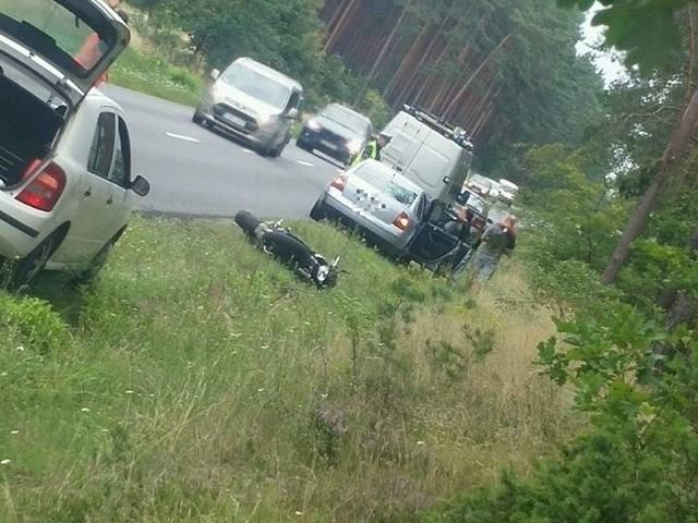 - Kierujący volkswagenem  chciał wykonać manewr wyprzedzania, ale nie upewnił się, czy jadący za nim pojazd także nosił się z takim zamiarem - mówi podkom. Przemysław Słomski z Zespołu Prasowego Komendanta Wojewódzkiego Policji w Bydgoszczy. - W rezultacie motocyklista uderzył w tył volkswagena. Obrażenia były na tyle poważne, że kierowca motocykla został przewieziony do szpitala.Na czas usuwania skutków wypadku były utrudnienia w ruchu. Zarówno kierowca samochodu osobowego jak i motocyklista byli trzeźwi.Info z Polski - 10.08.2017