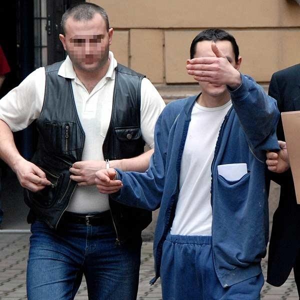 Wtorkowe popołudnie. Kamil S. w asyście policjantów opuszcza budynek Sądu Rejonowego w Przemyślu. Dziś znów będzie sądzony.