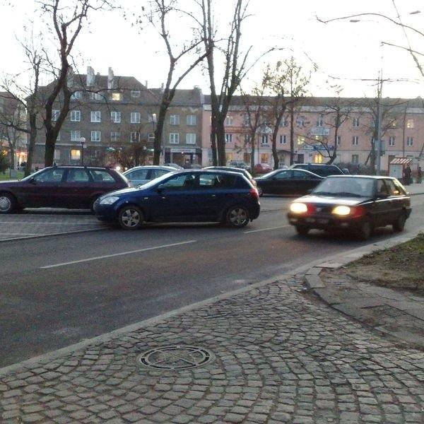 Samochód zablokował jeden pas ul. Malmeda