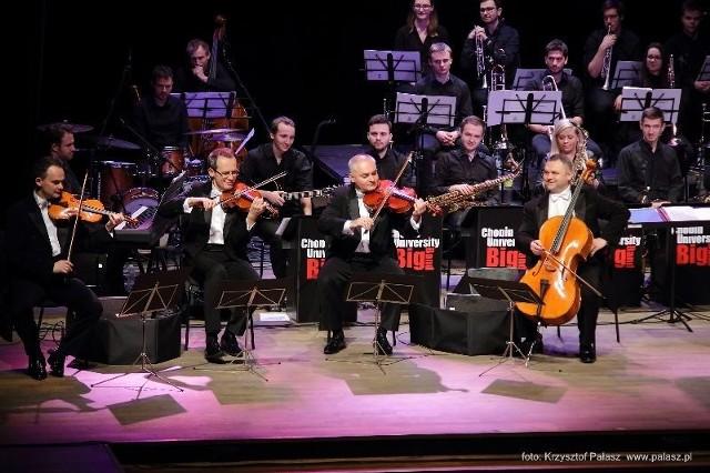 """To już piękna tradycja. W Teatrze Miejskim wysłuchaliśmy dorocznego Inowrocławskiego Koncertu Noworocznego, zatytułowanego """"Big MoCart Band"""". Wykonawcami byli: popularny kwartet smyczkowy, a zarazem kabaret muzyczny Grupa MoCarta, solistka Barbara Błaszczyk  oraz Chopin Univeristy Big Band. Koncert """"Big MoCart Band"""" to spotkanie z pozoru dwóch różnych muzycznych światów - jazzu i muzyki klasycznej, big bandu i kwartetu smyczkowego, młodości studentów Uniwersytetu Muzycznego w Warszawie i doświadczenia jego absolwentów sprzed dwudziestu lat. Na scenie muzycy bawili się, łącząc muzykę synkopowaną z kompozycjami Mozarta czy Brahmsa, opowiadając o korzeniach jazzu sięgających niewielkich miast byłego NRD. Publiczność bawiła się znakomicie i na koniec - po kilku bisach - zgotowała  wykonawcom  owację na stojąco. Po koncercie, w foyer teatru artyści wespół ze słuchaczami wznieśli toast lampką szampana.Organizatorem koncertu był Impresariat Artystyczny Artwit przy wsparciu mecenasów: Miasta Inowrocław, Drukarnii Pozkal, spółki """"Solanki"""" Uzdrowisko Inowrocław Sp. z o.o., firmy Cykoria SA w Wierzchosławicach, Biura Turystyki Przygoda, firmy Eurotherm Niewiadomscy, firmy Rembis, Studia Tańca Adam Borzęcki, firmy Inter Metal, Kujawskiego Centrum Kultury, BTS Deweloper, Banku Spółdzielczego w Inowrocławiu, firmy Rolmet."""